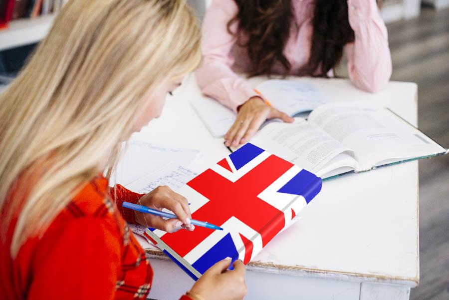 joven haciendo cursos de ingles para inmigrantes